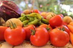 Свежие фрукты и овощи на таблице Стоковые Изображения