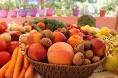 Свежие фрукты и овощи на таблице Стоковые Фото