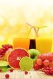 Свежие фрукты и 3 стекла Стоковые Фото