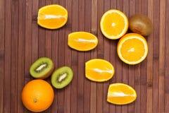 Свежие фрукты киви, апельсин изолированный на деревянной предпосылке еда здоровая смешивание свежих фруктов Группа в составе цитр Стоковые Изображения RF