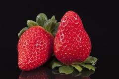 Свежие фрукты красной клубники изолированные на черной предпосылке Стоковое Изображение RF