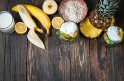 Свежие фрукты, молоко и овсяная каша для завтрака Стоковое Фото