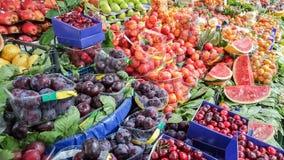 Свежие фрукты на дисплее в бакалее в базаре улицы Kadikoy, Ist стоковые изображения