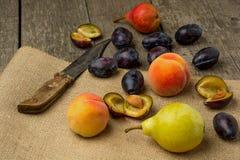 Свежие фрукты на деревенской деревянной предпосылке: персики Стоковая Фотография RF