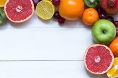 Свежие фрукты на предпосылке рамки деревянных доск стоковые изображения rf