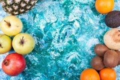 Свежие фрукты на предпосылке художнической картины деревянной Стоковые Изображения RF