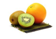 Свежие фрукты померанца и кивиа на белой предпосылке Стоковые Изображения RF