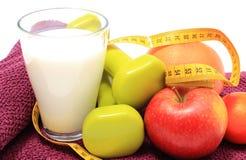 Свежие фрукты, рулетка, молоко и гантели на фиолетовом полотенце Стоковое Изображение RF