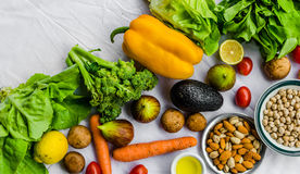Свежие фрукт и овощ, зерна, и гайки на белой предпосылке стоковые изображения