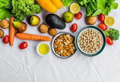 Свежие фрукт и овощ, зерна, и гайки на белой предпосылке стоковое изображение rf