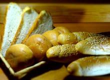 Свежие хлебцы на деревянном столе на полке на разведенном магазине Стоковое фото RF