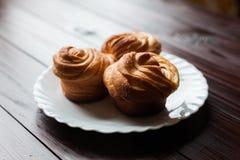 Свежие хлебцы на белой плите Стоковое Изображение