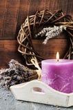 Свежие цветки лаванды и надушенная свеча стоковое фото rf