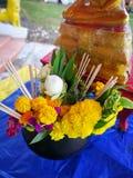 Свежие цветки, ладан и свечи, для буддистов для того чтобы оплатить hom стоковые фото