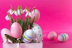 Свежие цветки snowdrop и пасхальные яйца Стоковое Изображение