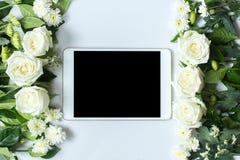 Свежие цветок и таблетка белой розы на белой предпосылке Стоковое Изображение RF