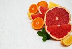 Свежие цитрусовые фрукты с зеленой мятой Стоковые Изображения RF
