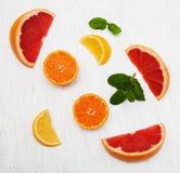 Свежие цитрусовые фрукты с зеленой мятой Стоковое Изображение RF