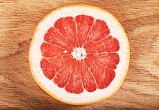 Свежие части грейпфрута На черной предпосылке Стоковые Изображения RF
