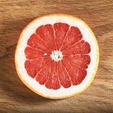 Свежие части грейпфрута На черной предпосылке Стоковые Изображения