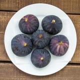 Свежие черные смоквы стареют картины, свежий плодоовощ смоквы в блюде, Стоковое Изображение