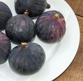 Свежие черные смоквы стареют картины, свежий плодоовощ смоквы в блюде, Стоковое фото RF