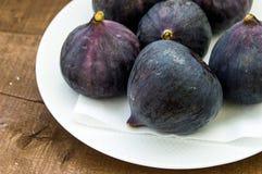 Свежие черные смоквы стареют картины, свежий плодоовощ смоквы в блюде, Стоковые Фото