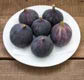 Свежие черные смоквы стареют картины, свежий плодоовощ смоквы в блюде, Стоковая Фотография