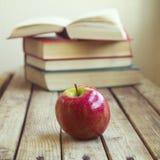 Свежие яблоко и книги Стоковая Фотография
