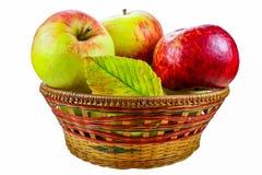 Свежие яблоки в корзине изолированной на белой предпосылке Стоковые Фотографии RF