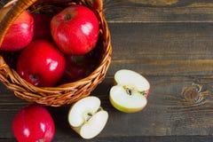 Свежие яблоки в корзине, крупном плане еды стоковая фотография