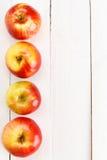Свежие яблоки на белом деревянном столе Стоковые Фото