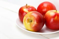 Свежие яблоки на белом деревянном столе Стоковое Изображение RF