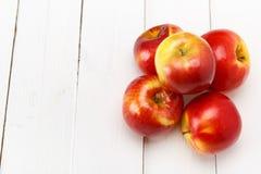 Свежие яблоки на белом деревянном столе Стоковые Изображения RF