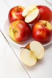Свежие яблоки на белом деревянном столе Стоковое Фото