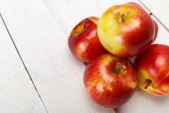Свежие яблоки на белом деревянном столе Стоковая Фотография RF