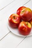 Свежие яблоки на белом деревянном столе Стоковое фото RF