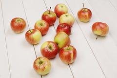 Свежие яблоки на таблице Стоковая Фотография