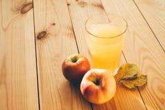 Свежие яблоки с стеклом сока Стоковое фото RF