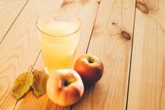 Свежие яблоки с стеклом сока Стоковые Изображения