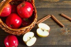 Свежие яблоки с циннамоном в корзине стоковые изображения