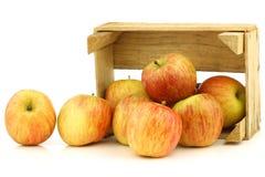 Свежие яблоки Фудзи в деревянной клети стоковые изображения