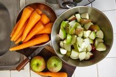 Свежие яблоко и морковь Стоковое Изображение
