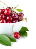 Свежие ягоды вишни с зелеными листьями Стоковые Изображения RF