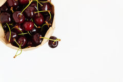 Свежие ягоды вишни в бумажной сумке, изолированной на белом backgro Стоковое Изображение RF