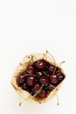 Свежие ягоды вишни в бумажной сумке, изолированной на белом backgro Стоковое фото RF