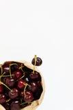 Свежие ягоды вишни в бумажной сумке, изолированной на белом backgro Стоковое Изображение