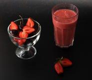 Свежие ягоды - клубники и вишни на черной предпосылке Стоковое Изображение