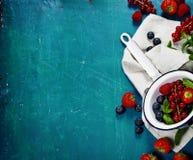 Свежие ягоды на деревянной предпосылке Клубники, поленики Стоковые Изображения