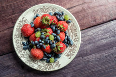 Свежие ягоды на плите Стоковые Фото